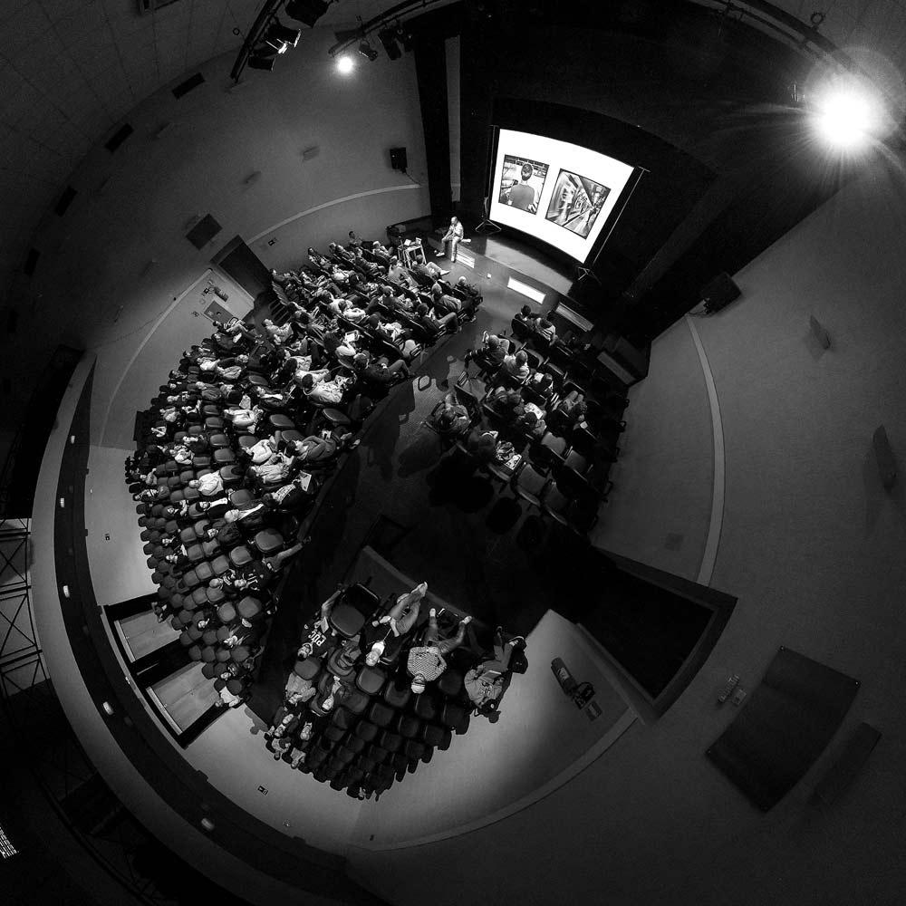 O olhar do fotografo Dirceu Cavalheiro durante a palestra de Alexandre Urch na 6ª Semana de Fotografia de São Caetano do Sul
